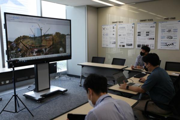 ▲포스코건설 직원들이 '디지털 시공관리 플랫폼'을 통해 공사 현장과 설계를 비교하고 있다. (사진제공=포스코건설)