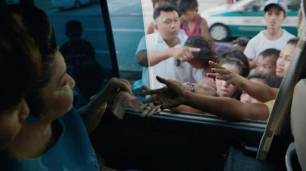 """▲길거리 아이들에게 돈을 나눠주는 이멜다 마르코스. 그는 """"제가 영부인이던 시절에는 부랑자는 없었다""""면서, 자신의 아들을 차기 대권 주자로 민다.  (왓챠)"""