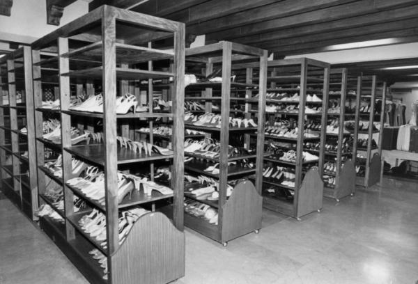 ▲마르코스 일가 망명한 뒤인 1986년 3월 11일 필리핀 말라카냥 궁에서 찍힌 이멜다의 신발 컬렉션. 이멜다 마르코스의 옷방에는 최일류 유명 디자이너들이 디자인한 최고급 의상과 구두, 가방, 장신구들이 가득했다. (AP/연합뉴스)