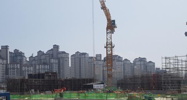 ▲추석 연휴 이후 철근 가격이 또다시 치솟으면서 건설업계가 바짝 긴장하고 있다. 수도권의 한 아파트 건설현장. (이동욱 기자 toto@) (이동욱 기자 toto@)