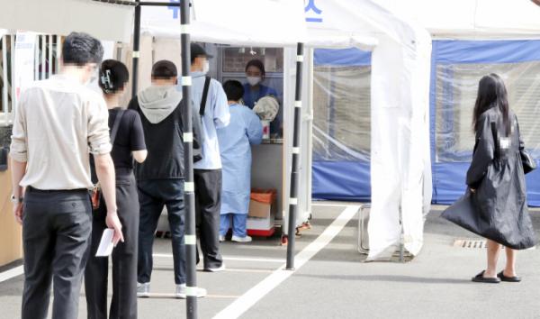 ▲24일 서울 중구 국립중앙의료원 선별진료소에서 사람들이 코로나19 검사를 위해 줄지어 대기하고 있다.  (뉴시스)