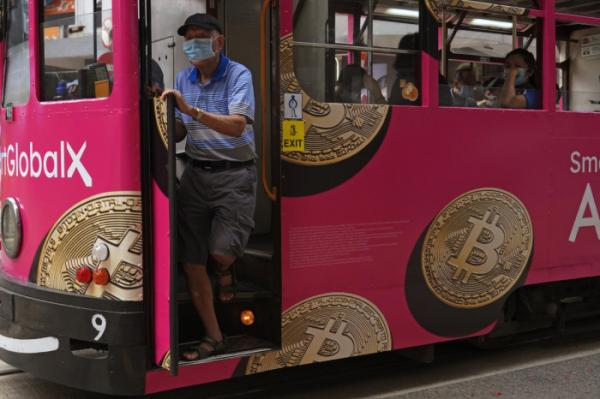 ▲홍콩의 트램에 12일 한 비트코인 관련 업체 광고가 부착돼 있다. 홍콩/AP뉴시스
