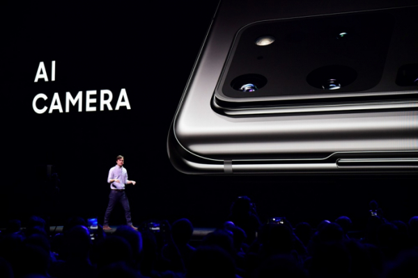 ▲삼성전자 미국법인의 모바일 제품관리 리더 드류 블랙커드(Drew Blackard) 부사장이 지난해 2월 언팩에서 갤럭시 S20의 카메라에 대해 소개하며, 인공지능(AI)이 카메라 기능을 어떻게 향상시킬 수 있는지 설명하고 있다. (출처=삼성전자 뉴스룸)