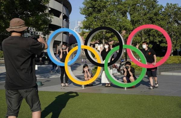 ▲23일(현지시간) 일본 도쿄에서 올림픽링 앞에서 사람들이 사진을 찍고 있다.   (연합뉴스)