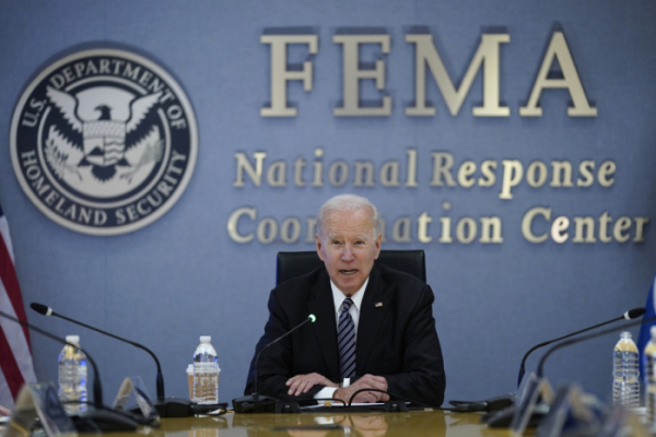 ▲조 바이든 미국 대통령이 24일(현지시간) 미국 연방재난관리청(FEMA) 본부를 방문해 브리핑을 받고 있다. 워싱턴D.C./AP뉴시스