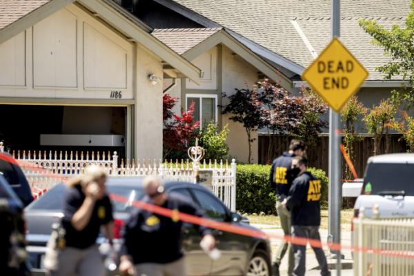 ▲미국 연방수사국(FBI) 수사관들이 26일(현지시간) 밸리교통청(VTA) 경전철 정비창 총격 사건 용의자로 추정되는 인물의 자택 인근에서 수사하고 있다. 새너제이/AP뉴시스