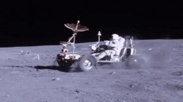 ▲아폴로 16호 사령관 존 영이 1972 년 4월 21일 달 표면에 착륙해 월면차(LRV)를 타고 이동하고 있다. 출처 미 항공우주국(NASA)