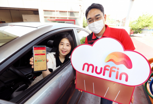 ▲운전 고객이 머핀 앱을 설치하고 SK에너지 주유소에서 주유 주문과 결제를 진행하고 있다. (사진제공=SK에너지)