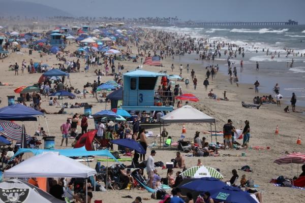 ▲미국 캘리포니아주 샌타모니카 해변에서 30일(현지시간) 사람들이 메모리얼 데이 연휴를 만끽하고 있다. 샌타모니카/로이터연합뉴스
