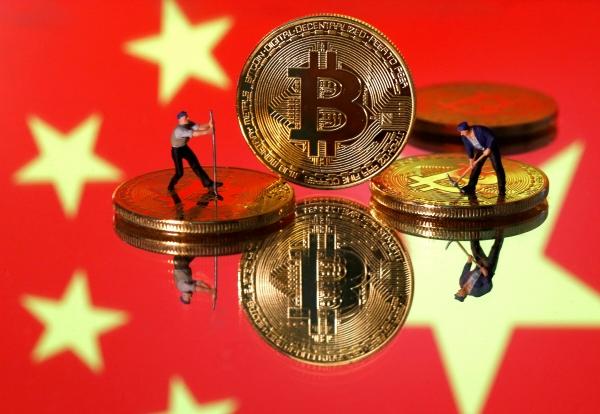 ▲중국 국기 이미지 앞에 비트코인 가상화폐 모형과 작은 피규어가 보인다. 로이터연합뉴스