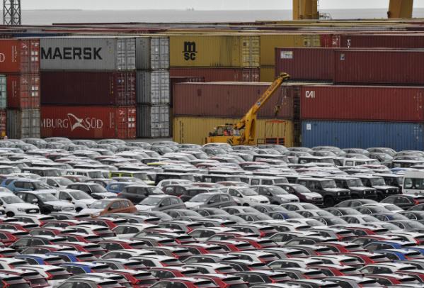 ▲독일 브레머하펜 항구가 수출입을 위해 대기 중인 자동차들로 가득 차 있다.  (뉴시스)