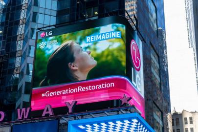 ▲LG전자는 이달 말까지 미국 뉴욕 타임스스퀘어와 영국 런던 피카딜리광장에 있는 LG전자 전광판에서 유엔환경계획이 제작한 환경보호 캠페인 영상을 상영한다. 사진은 타임스스퀘어 전광판.  (사진제공=LG전자)