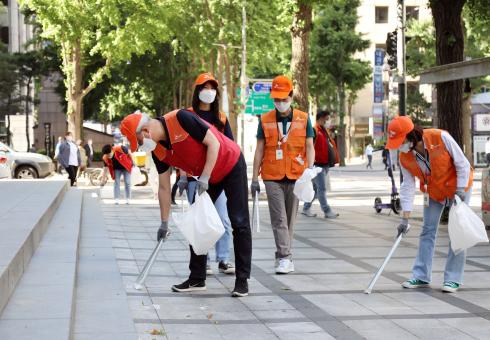 ▲ SK이노베이션 김준 총괄사장(왼쪽 첫 번째)이 서울 종로구 광화문 일대에서 구성원들과 함께 친환경 캠페인 '산해진미 플로깅'을 진행했다.  (사진제공=SK이노베이션)