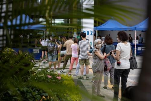▲홍콩에 위치한 신종 코로나바이러스 감염증(코로나19) 백신 접종소에 지난달 12일(현지시간) 사람들이 길게 줄 서 있다. 홍콩/EPA연합뉴스