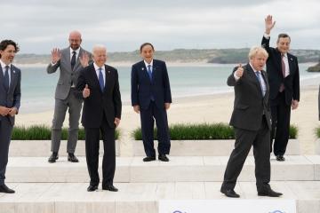 ▲(왼쪽부터) G7 정상회의에 참석한 쥐스탱 트뤼도 캐다나 총리와 샤를 미셸 EU 상임의장, 조 바이든 미국 대통령, 스가 요시히데 일본 총리, 보리스 존슨 영국 총리, 마리오 드라기 이탈리아 총리가 11일(현지시간) 영국 카비스베이에서 손을 흔들거나 엄지를 치켜올리는 등 자유로운 포즈로 즐겁게 단체 사진을 찍고 있다. 카비스베이/로이터연합뉴스