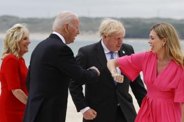 ▲G7 정상회의 차 영국 콘월을 방문한 조 바이든 미국 대통령이 보리스 존슨 영국 총리 부인과 팔굼치 인사를 나누고 있다. 카비스베이/AP연합뉴스