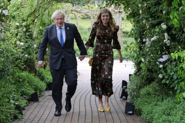 ▲보리스 존슨 영국 총리가 부인 캐리 존슨과 11일(현지시간) 사이좋게 손을 잡고 영국 남서부 콘월의 에덴프로젝트에서 열린 G7 정상회의 리셉션장에 들어서고 있다. 존슨 총리는 지난달 말 23세 연하인 존슨과 깜짝 결혼식을 올렸다. 에덴프로젝트/AP연합뉴스