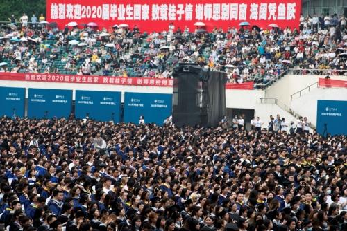 ▲중국 후베이성 우한 화중사범대학에서 13일 졸업식이 열리고 있다. 우한/로이터연합뉴스