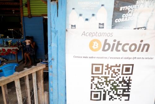 ▲엘살바도르 칠티우판에 위치한 상점 앞에 비트코인 간판이 보인다. 칠티우판/로이터연합뉴스