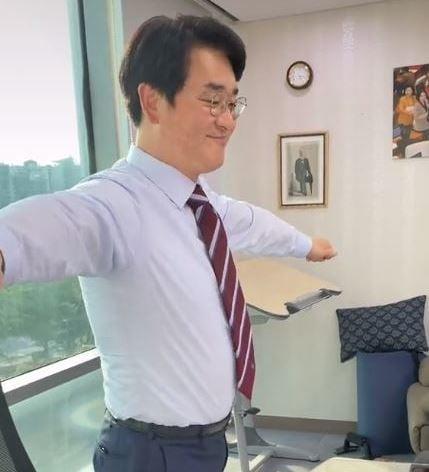 ▲지난 4월 박용진 의원은 자신의 틱톡 첫 번째 영상으로 걸그룹 브레이브걸스의 '롤린' 춤을 선보였다. (출처=박용진 의원 틱톡 캡처)