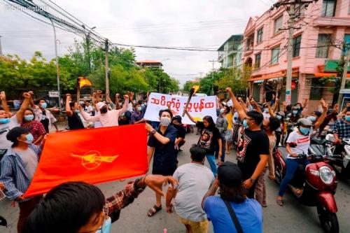 ▲미얀마 군부 쿠데타에 항의하는 시민들이 14일(현지시간) 만달레이에서 시위를 하고 있다. 만달레이/로이터연합뉴스
