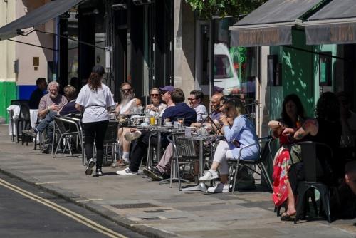 ▲영국 런던 소호거리에 위치한 식당 앞 테이블에 사람들이 앉아 있다. 런던/AP연합뉴스