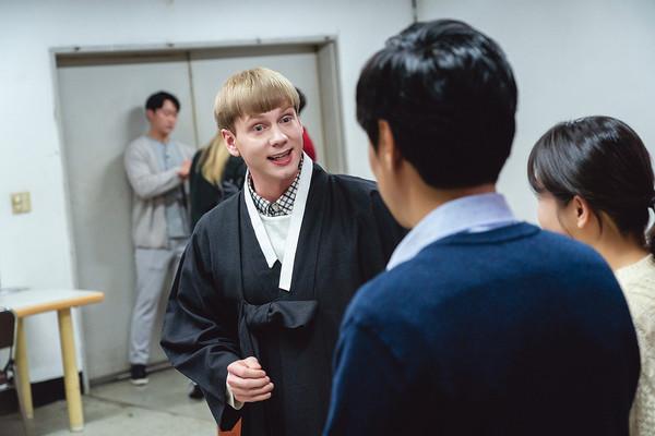 ▲원칙주의자 스웨덴 출신 한스(요아킴 소렌슨 분)는 환경과 사회 문제와 관심이 많은데다가 유교 등 한국 전통 문화에도 해박하다. (넷플릭스)