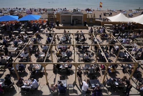 ▲무더운 날씨를 보인 5월 30일(현지시간) 영국 남부 해안 브라이턴의 브라이턴 비치 야외무대에 모인 사람들이 식사와 술을 마시며 콘서트를 즐기고 있다. 브라이턴/AP뉴시스