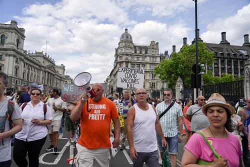 ▲영국 사람들이 14일(현지시간) 런던 웨스트민스터 사원 밖에서 봉쇄 해제 연기에 항의하는 시위를 벌이고 있다. 런던/AP연합뉴스