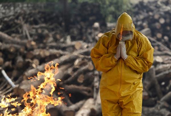 ▲인도 잠무의 한 화장터에서 유족이 기도를 올리고 있다. 잠무/AP뉴시스