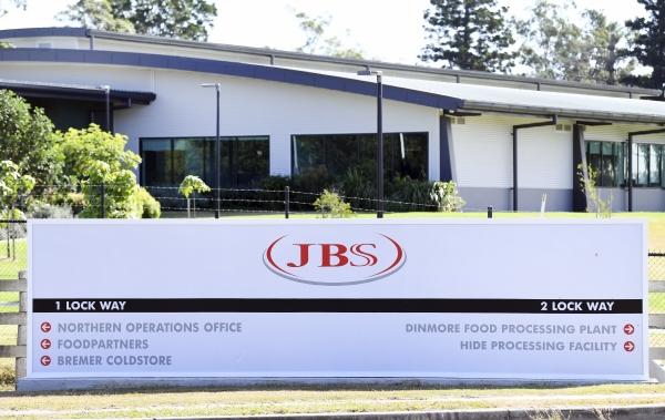 ▲지난해 5월 12일 JBS 회사 로고가 호주 브리즈번 서쪽 시설 입구에 걸려 있다. 브리즈번/AP연합뉴스