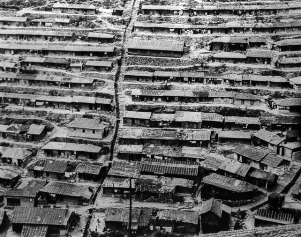 ▲사진작가 최민식이 찍은 부민동 산동네 사진이다. 산지가 많고 평지가 좁은 부산에서 피란민들은 부산항과 부산역 가까운 산비탈에 판잣집을 지었고, 이렇게 모인 집들이 모여 마을을 형성하였다. (사진=국립민속박물관)