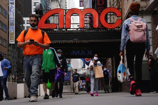 ▲미국 뉴욕 타임스스퀘어 광장 인근 AMC 영화관 앞으로 2일(현지시간) 행인들이 오가고 있다. 뉴욕/로이터연합뉴스