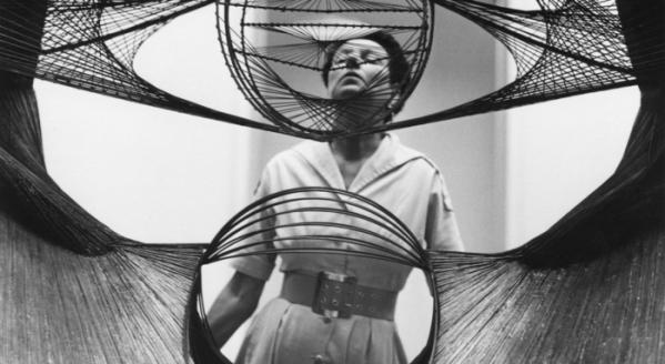 ▲모두가 미국으로 망명하던 시기, 오히려 페기는 파리로 향해 초현실주의 작품을 사들인다. (네이버 영화)