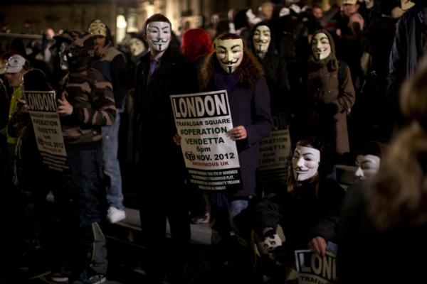 ▲2012년 11월 5일 영국 런던 트라팔가 광장에서 어나니머스 추종자들이 가이 포크스 마스크를 쓴 채 거리로 나섰다.  (AP/연합뉴스)