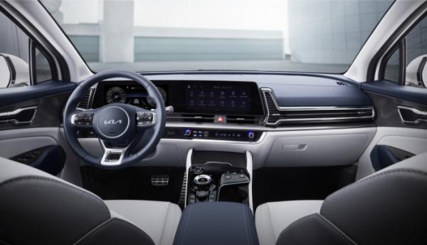 ▲기아는 신형 스포티지에 12.3인치 계기반과 12.3인치 인포테인먼트 시스템 화면을 부드럽게 곡면으로 연결한 파노라믹 커브드 디스플레이를 국내 준중형 SUV 최초로 적용했다.  (사진제공=기아)