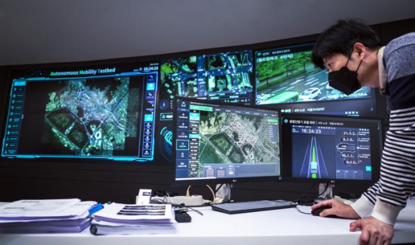 ▲SKT 관계자가 '서울 미래 모빌리티 센터 관제실'에서 'C-ITS'를 점검하고 있다. (사진제공=SKT)