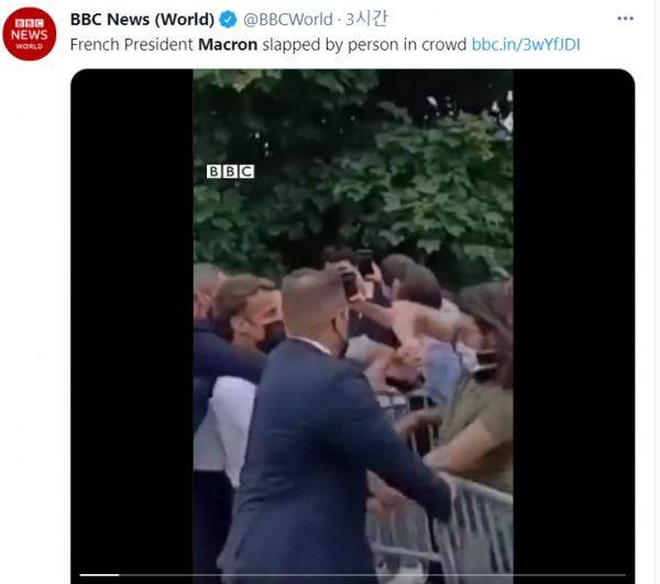 ▲에마뉘엘 마크롱 프랑스 대통령이 8일(현지시간) 지방순회 도중 한 남성에게 뺨을 맞고 있다.  (BBC 트위터)