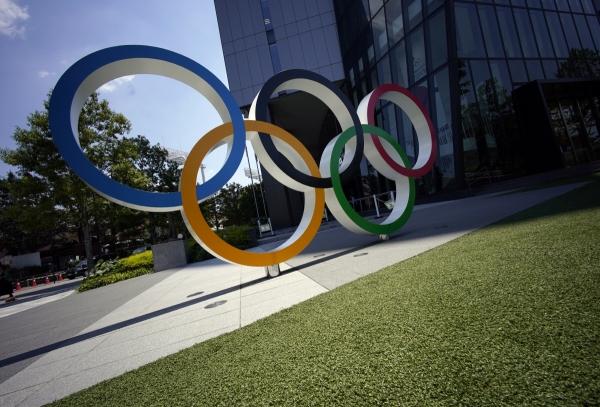 ▲올림픽 오륜마크 모형이 도쿄 올림픽·패럴림픽 주요 개최지인 국립경기장 근처에 전시돼 있다. 도쿄/EPA연합뉴스