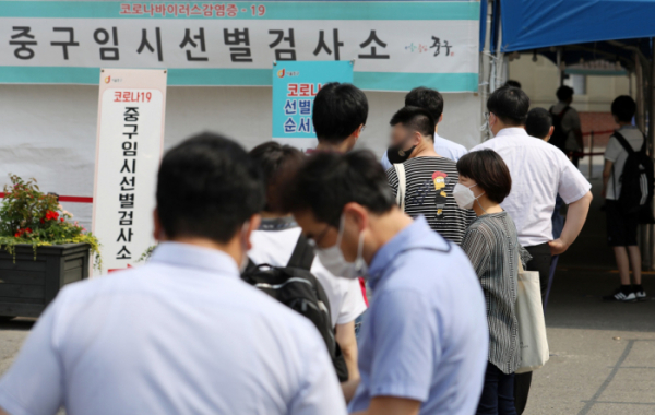 ▲코로나19 신규 확진자 수가 나흘 만에 600명대로 올라선 9일 오전 서울 중구 서울역 임시선별검사소를 찾은 시민들이 검사를 받기 위해 줄을 서고 있다.  (뉴시스)