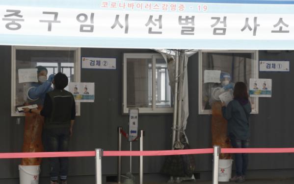▲0시 기준 코로나19 확진자가 611명으로 집계된 10일 오전 서울 중구 서울역에 설치된 임시선별검사소를 찾은 시민들이 코로나19 검사를 받고 있다.  (뉴시스)