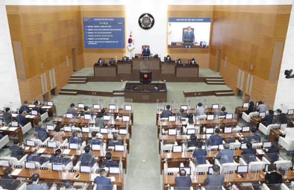 ▲김인호 서울시의장이 지난달 4일 서울시의회에서 열린 제300회 임시회 제2차 본회의에서 안건을 가결하고 있다.  (뉴시스)