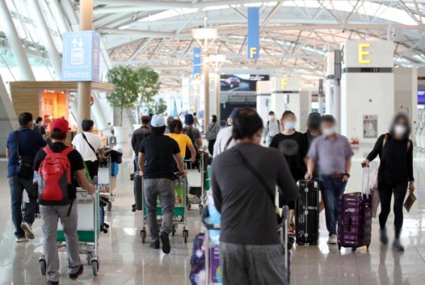 ▲10일 오후 영종도 인천국제공항 1터미널 출국장이 해외 출국자들로 붐비고 있다. (연합뉴스)