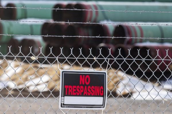 ▲미국 네브래스카주 돌체스터의 키스톤XL 프로젝트 파이프 보관 창고 앞에 지난해 12월 18일(현지시간) 출입을 금지한다는 경고장이 붙어있다. 돌체스터/AP연합뉴스