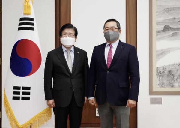 ▲구자열 무역협회 회장(오른쪽)이 10일 박병석 국회의장(왼쪽)을 만나 무역업계 현안을 공유했다.  (사진제공=무역협회)