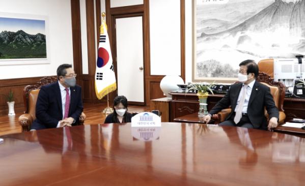 ▲구자열 무역협회 회장(왼쪽)이 10일 박병석 국회의장(오른쪽)을 만나 무역업계 현안을 공유했다.  (사진제공=무역협회)
