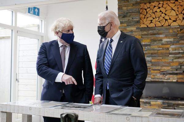 ▲보리스 존슨 영국 총리(오른쪽)와 조 바이든 미국 대통령이 10일(현지시간) 영국 카르비스베이에서 대서양 헌장 사본을 살피고 있다. 카르비스베이/AP연합뉴스