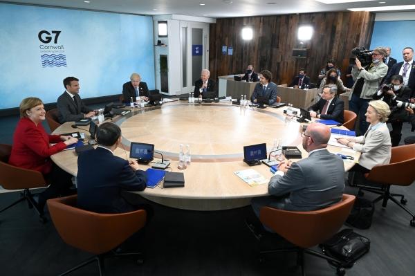 ▲2년 만에 원탁에 직접 둘러 앉은 G7 정상들. 카비스베이/로이터연합뉴스