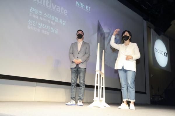 ▲윤용필(왼쪽) 스튜디오지니 공동대표와 김철연 공동대표. (사진제공=KT)