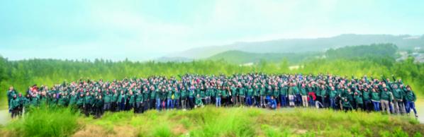 ▲LG전자가 2018년부터 4년째 스마트 그린 프로젝트를 이어오며 지구온난화의 원인인 이산화탄소를 줄여 생태계 보호에 앞장서고 있다. LG전자 이베리아법인 임직원들이 나무를 심은 후 기념촬영을 하고 있다. (사진제공=LG전자)